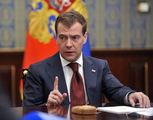Медведев поручил правительству смягчить закон о деофшоризации