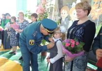 9-летнюю Настю Суханову на торжественной линейке наградили медалью «За отвагу на пожаре»