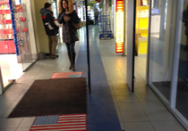 В Москве посетителям торгового центра разрешили топтать флаг США