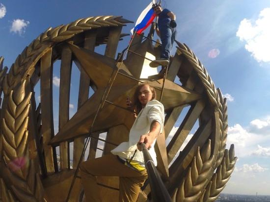Найден руфер, повесивший российский флаг на высотку на Комсомольской площади