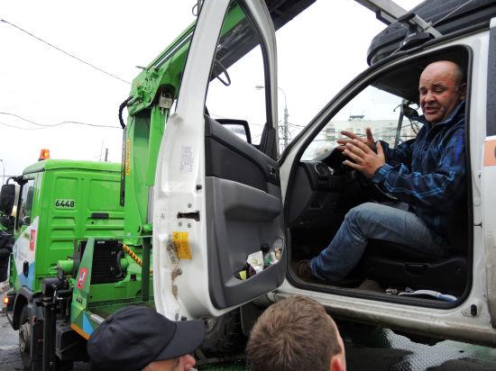 Москвич провел в машине 22 часа, чтобы ее не забрал эвакуатор