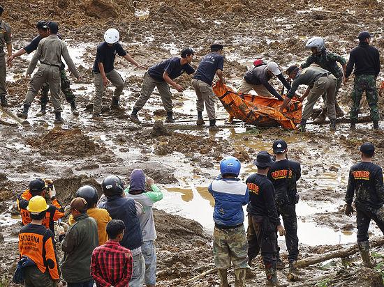 В Индонезии после схода оползня нашли тела 24 погибших