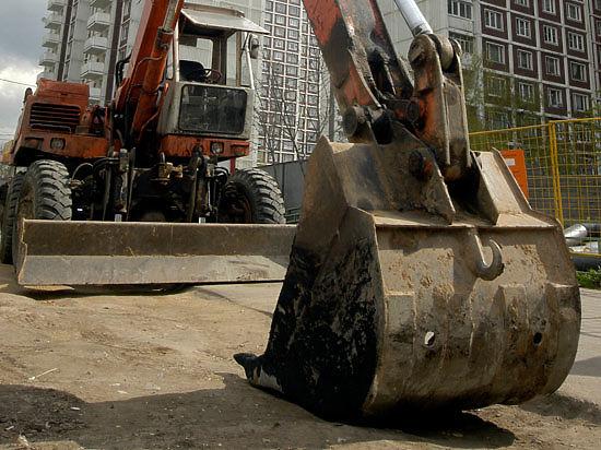 Рабочие закопали бригадира с помощью экскаватора