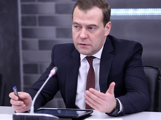 Медведев отругал Украину за желание отказаться от внеблокового статуса в НАТО и пообещал
