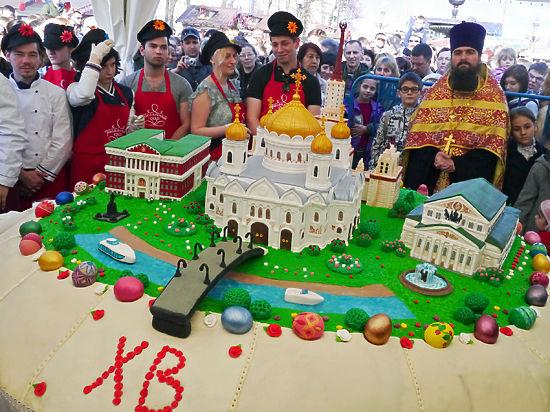 900-килограммовый кулич раздали москвичам