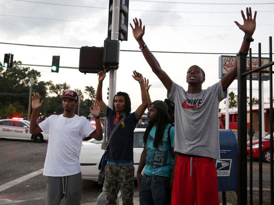 События в Фергюсоне: Путешествие в расистское прошлое и диктаторское будущее Соединенных Штатов