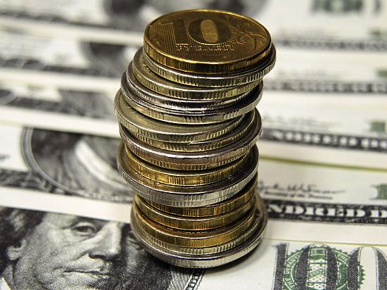 Власти могут ограничить операции с валютой. Что гражданам делать с рублями?