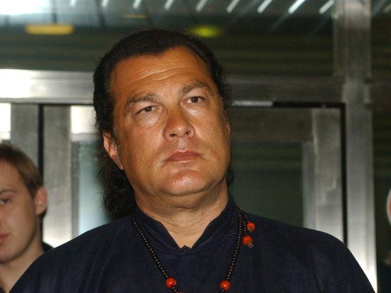 Сигал не будет рекламировать автоматы Калашникова из-за санкций США