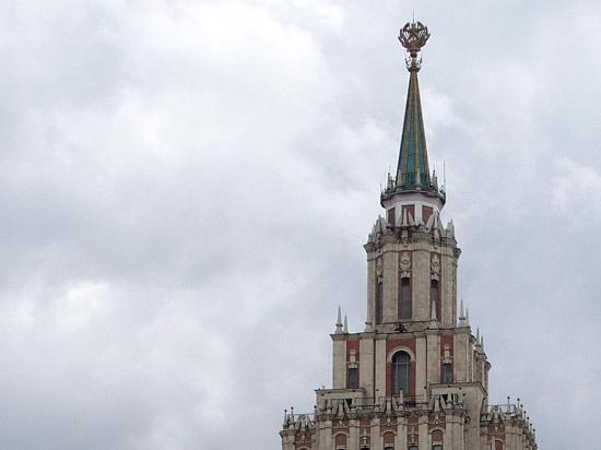 В ответ на украинский флаг на высотке российский триколор взвился над гостиницей