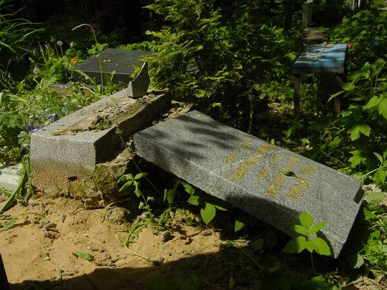 В Ижевске ищут могильщика, установившего памятник, которым убило ребенка
