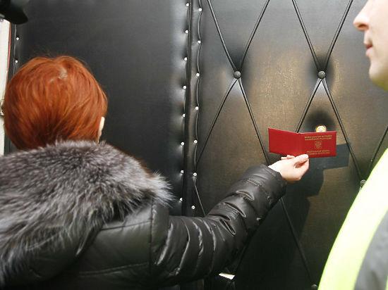 Судебные приставы Москвы вынуждены общаться с должниками через дверь