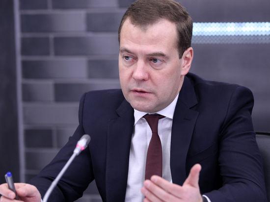 Медведев пересадил чиновников  на «Жигули»: премьер запретил госзакупки иномарок