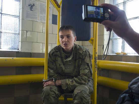 Украинская летчица Савченко, виновная в убийстве двух журналистов из России, доставлена к психиатрам в Москве