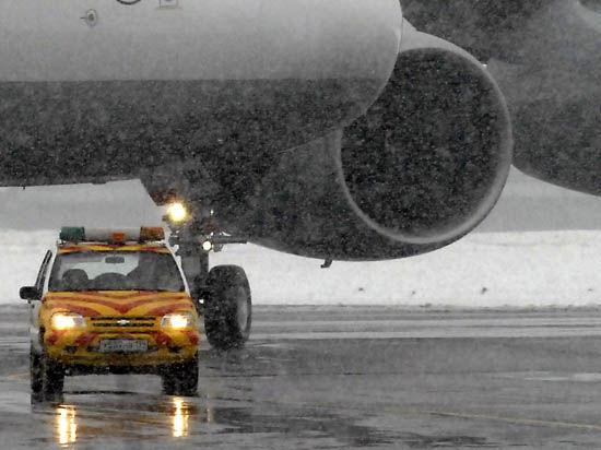 На пути самолета Falcon во Внуково находились две снегоуборочные машины