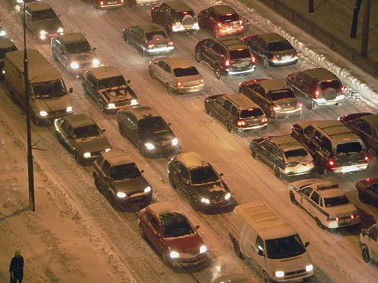 Пешком быстрее: Москва встала в пробках из-за сильного снегопада