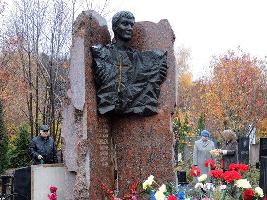 Незаживающая рана. Память Дмитрия Холодова почтили на Троекуровском кладбище