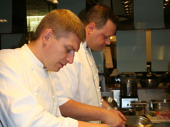 Антикризисные советы кремлевских поваров: закусываем малиновый взвар канапе из селедки