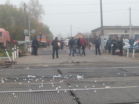 Водителя грузовика, устроившего столкновение с поездом в Подмосковье, допрашивают в ГИБДД