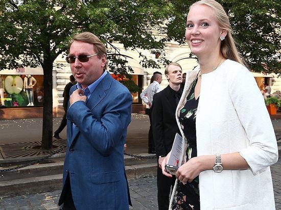 Дмитрий Медведев сделал селфи на свадьбе экс-управделами президента Владимира Кожина с «мобильной блондинкой»