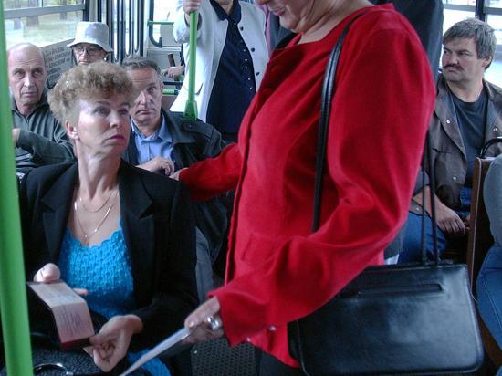Контролера в толпе пассажиров узнают по кокарде