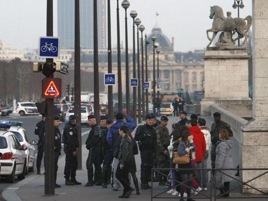 В Париже налетчики с автоматами отобрали у саудовского принца 250 тысяч евро и чемодан с одеждой