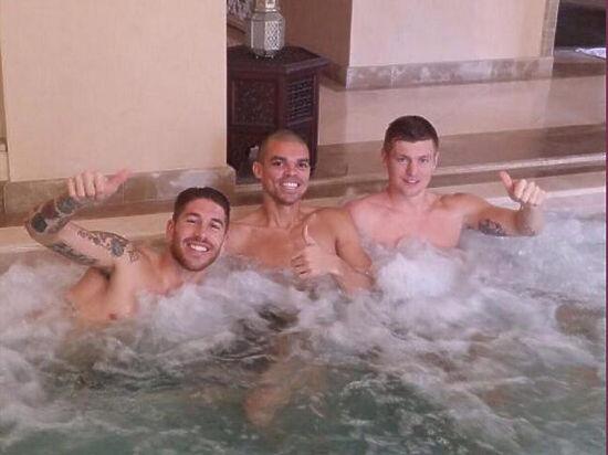 Футболисты перешли к водным процедурам