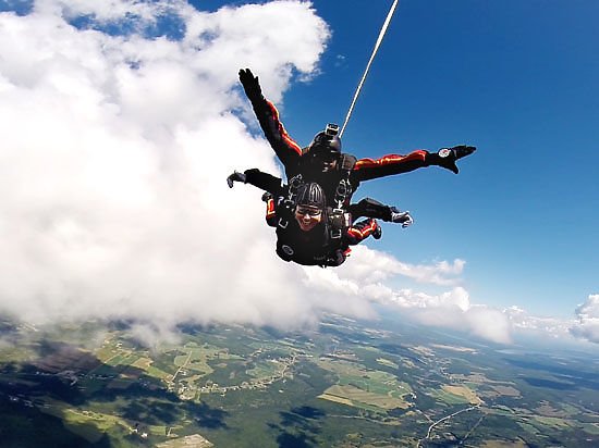 В США с проводов сняли застрявшего парашютиста