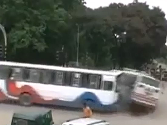 Российские туристы в Индии стали жертвами падения автобуса в горную реку
