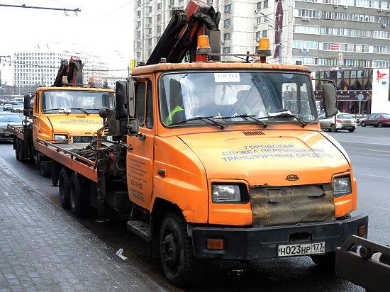 В Петербурге машину эвакуировали с грудным ребенком в салоне