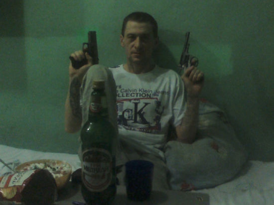 Скандал в Нижегородской области: уголовники позируют с оружием в камере и в кресле судьи